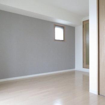 小さな窓が角部屋間を演出(※写真は9階の同間取り別部屋のものです)