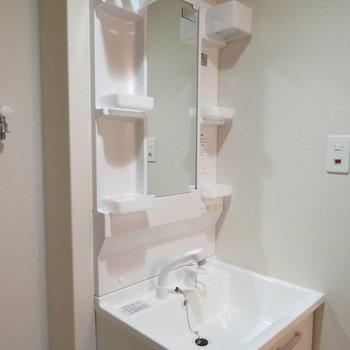 収納たっぷりの洗面台(※写真は9階の同間取り別部屋のものです)
