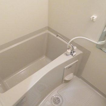 お風呂も綺麗、浴室乾燥機付き(※写真は9階の同間取り別部屋のものです)