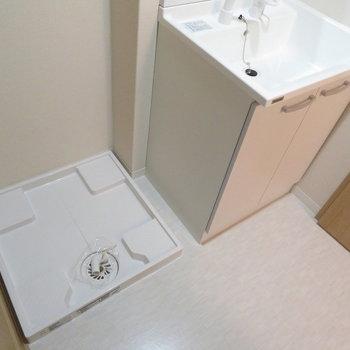 洗面脱衣所もあります(※写真は9階の同間取り別部屋のものです)