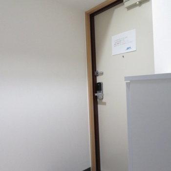 玄関はカードキーなんです(※写真は9階の同間取り別部屋のものです)