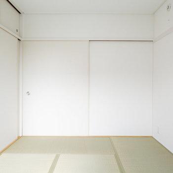 南側の和室です。畳や襖が新しいものに変えられていて、モダンな印象です。