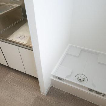 キッチンのお隣に洗濯機置き場があります。