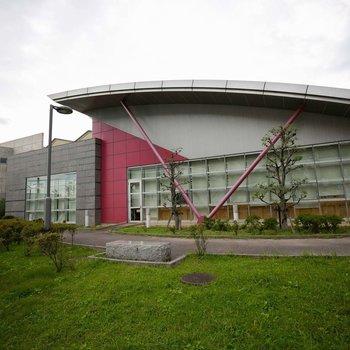市立図書館、市民プールがあります