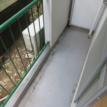 コンパクトなバルコニー(※写真は1階の同間取り別部屋のものです)