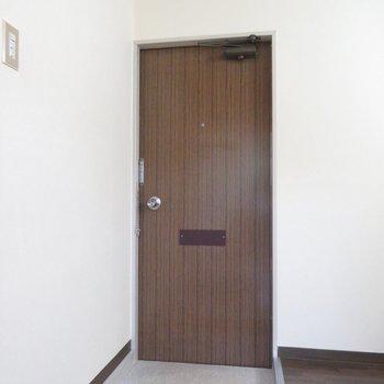 玄関はブラウンの空間(※写真は1階の同間取り別部屋のものです)