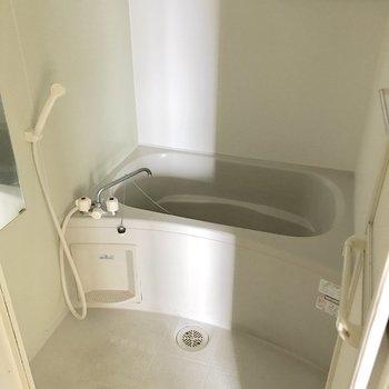 シンプルなバスルーム。窓付き◎(※写真は5階の同間取り別部屋、清掃前のものです)