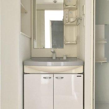 洗面台シンクが広めだから飛び散る事が少ないかな。(※写真は5階の同間取り別部屋、清掃前のものです)