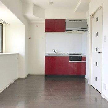 真紅のキッチン。(※写真は5階の同間取り別部屋、清掃前のものです)