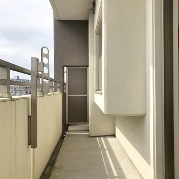 しっかりとした広さのバルコニー。(※写真は5階の同間取り別部屋、清掃前のものです)