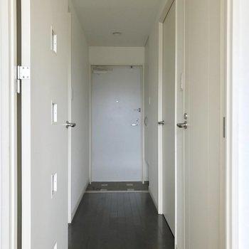 玄関扉に磁石でくっつけるタイプの傘立てを用いればスッキリ♬(※写真は通電前、清掃前のものです)