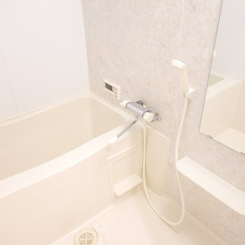 大理石調の壁で癒やされる、追い焚き付きのお風呂。