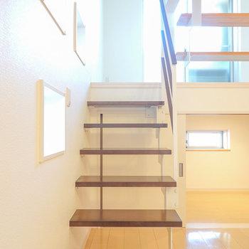 開放感のあるストリップ階段を上がって2段目へ。