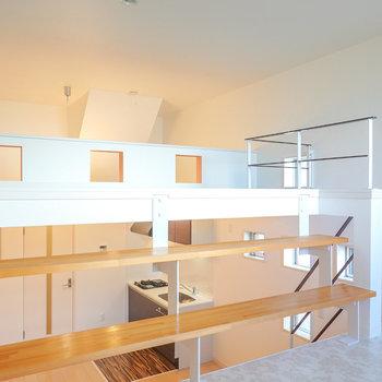 明るい色の階段を2段上がってロフトへ。