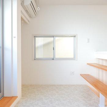2段目には洋室。二面採光で柔らかな光で満たされた空間。