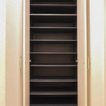天井近くまで高さがあり、収納力の高い靴箱です。