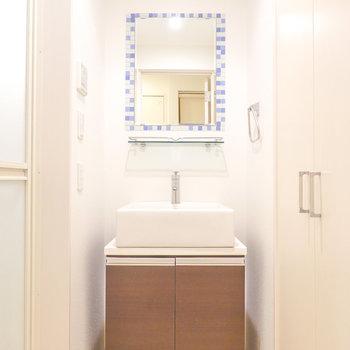 ぽってりしたシンクとモザイクタイルが添えられた鏡が素敵すぎる…!