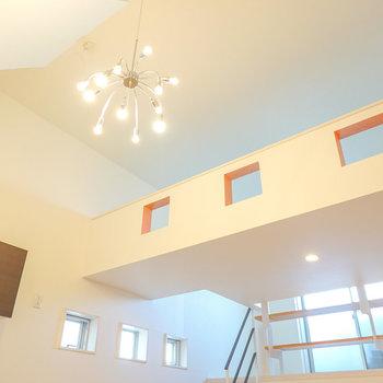 高い天井にシャンデリアのような照明が映える開放感のある空間…!