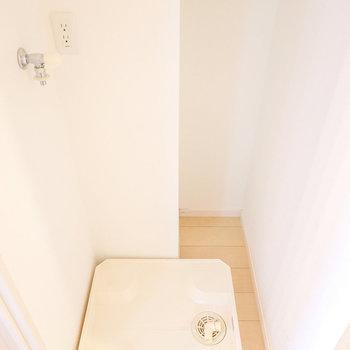 廊下に出てすぐ左には洗濯パン。ロールスクリーンで隠せちゃう!