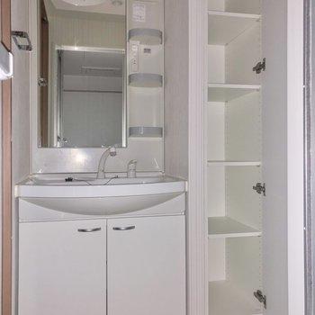 洗面台横にはタオルなどの収納に便利そうな収納棚。
