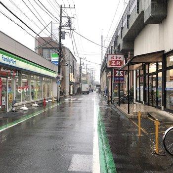 駅南口には書店やコンビニなどが並びます。