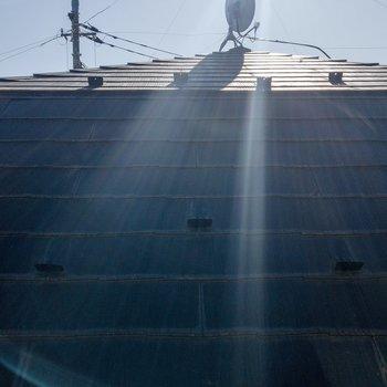 ロフトの窓からの眺めはお隣さんの屋根。