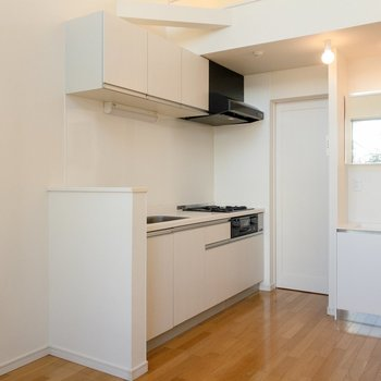キッチンは調理スペースも広々。