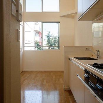 キッチン側から。窓は縦に2つ。開放的ですね。