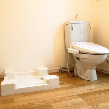 脱衣所にはトイレと洗濯機置場が。