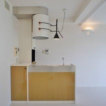 個性的なキッチンが特徴です。※写真は同タイプの別部屋のもの