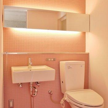 ピンクに輝く洗面所。※写真は308号室のもの