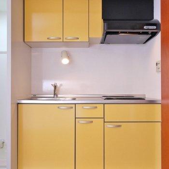 扉をあかると黄色のキッチンが登場。※写真は308号室のもの