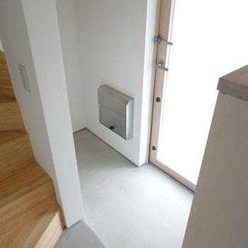 お次は玄関!ここから階段、脱衣所へと繋がる構造になっています。