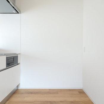 背後にスペースがあるので、冷蔵庫などのキッチン家電や収納はこちらに。