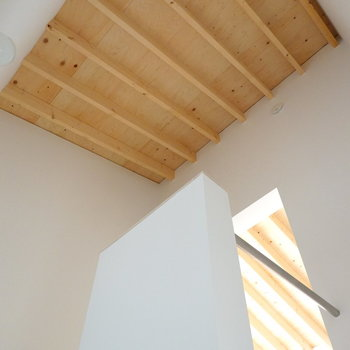 洋室に向かうため、もう一度2階へ。階段の天井も無垢材。