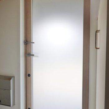 玄関ドアが半透明になっていて、こうするだけで開放感がこんなに生まれるものなのか。と感心しました。
