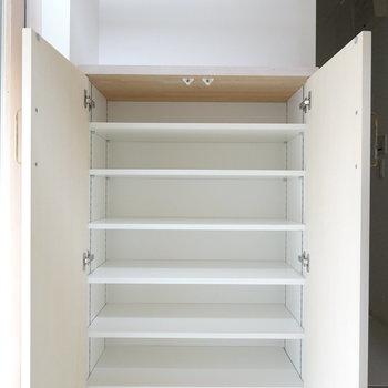 靴箱は胸までの高さ。可変棚で、様々な靴をたっぷり収納しておけます。