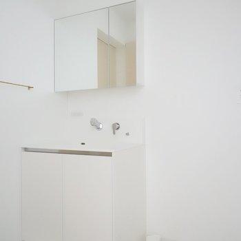 脱衣所に入ると、まずは真っ白な洗面台と洗濯機置き場。この左にトイレ、右にお風呂があります。