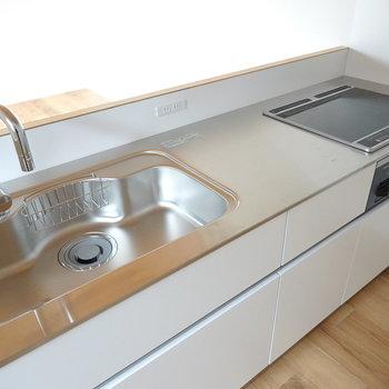 ワークトップはステンレス!シンクも調理スペースも広めで実用的。それでいて美しい。
