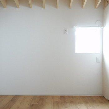 ドア側にも小窓。左の角に、小さめの木材のデスクを置いて、自分だけの作業スペースにしたい。