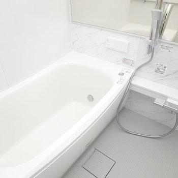 お風呂は足が伸ばせそうな広い浴槽。横長の鏡もオシャレ。