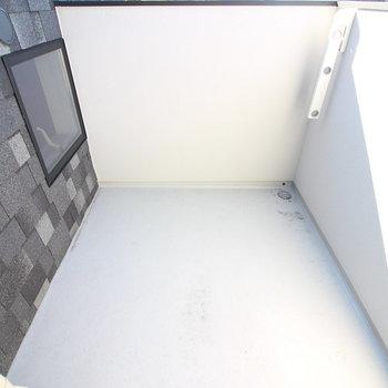 最後はベランダ!2階のリビングの窓から出ます。スペースが縦横広めで、洗濯物も目立たない。