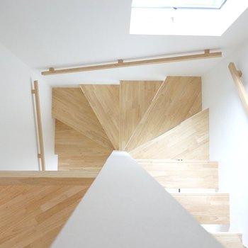 お次は水回り!明るい階段を降りて1階へ。