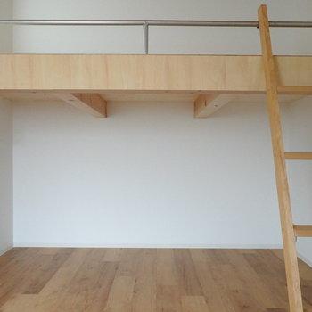 ロフト下の空間。収納スペースとして使える他、照明もあるのでくつろぐ空間にも。