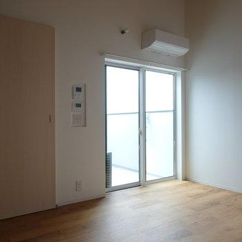 窓側を。左のドアの先は、階段を介して洋室へと繋がっています。