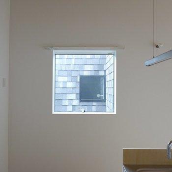 キッチン横には小窓がついていて、そこから洋室の窓が見通せるようになっています。