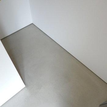 なんと階段下まで続いています!空間を余すことなく使えますね。