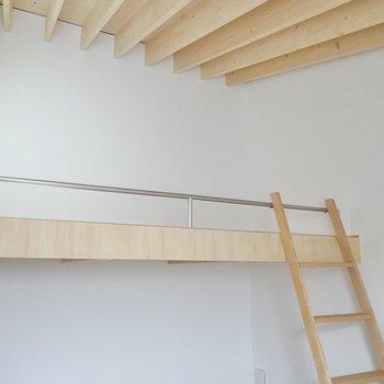 洋室はロフト付きの2層。リビングと同じく、勾配天井で気持ちの良い開放感がします。