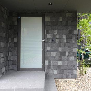戸建てタイプなので、玄関がお部屋の入り口。