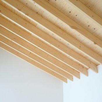 天井にも無垢材が!斜めの勾配がついていて、徐々に高くなっています。